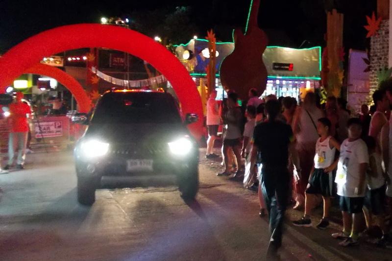Транспорт слегка мешал старту полуночного забега на Самуи
