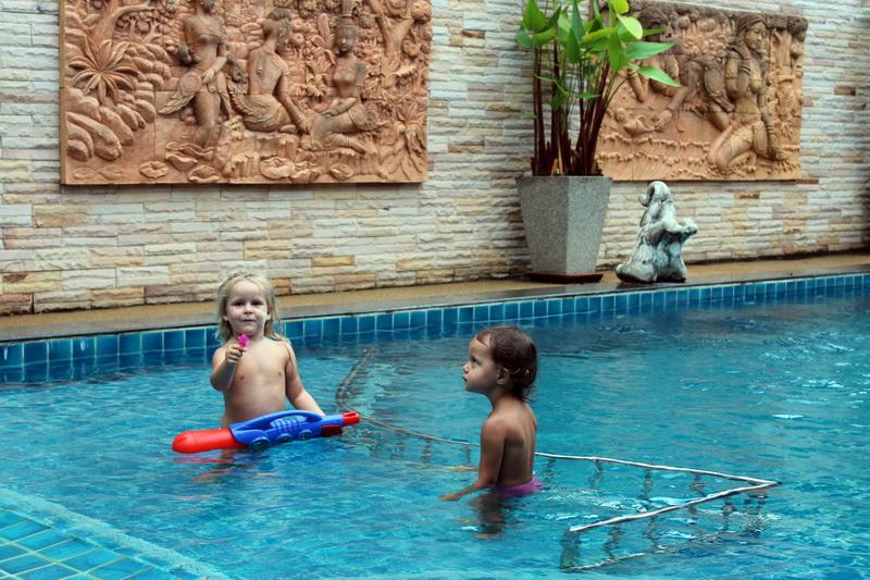 Санчес отмечает сонгкран в бассейне