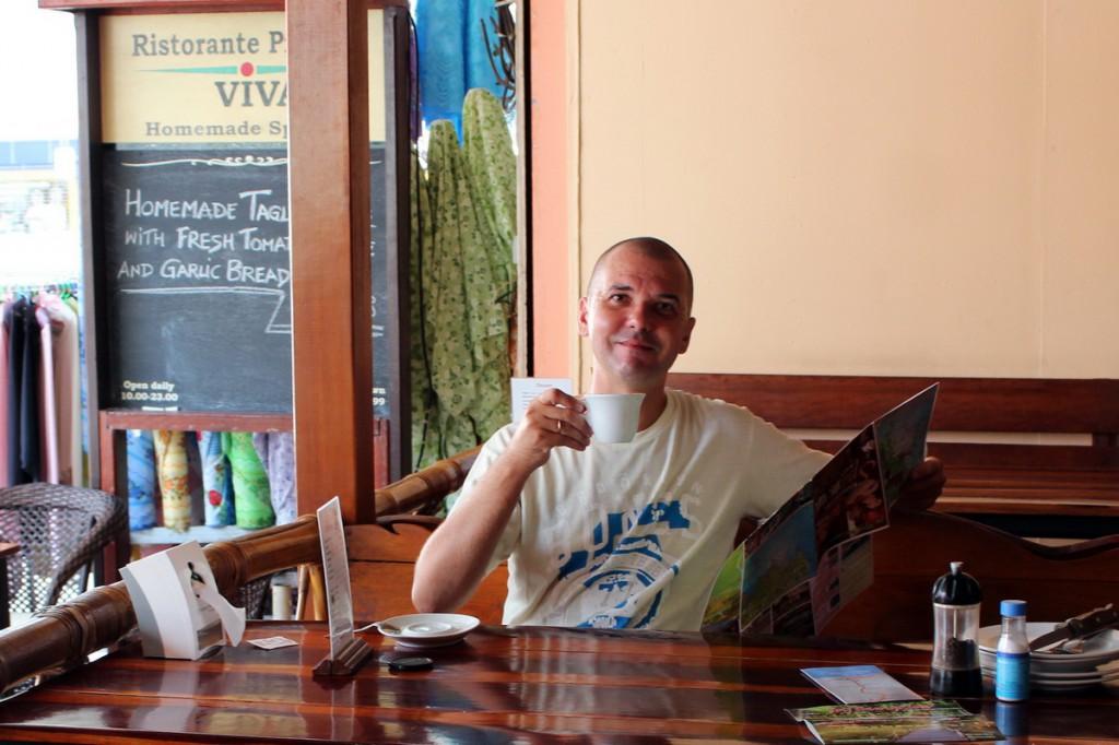 Пью кофе в пиццерии в Краби