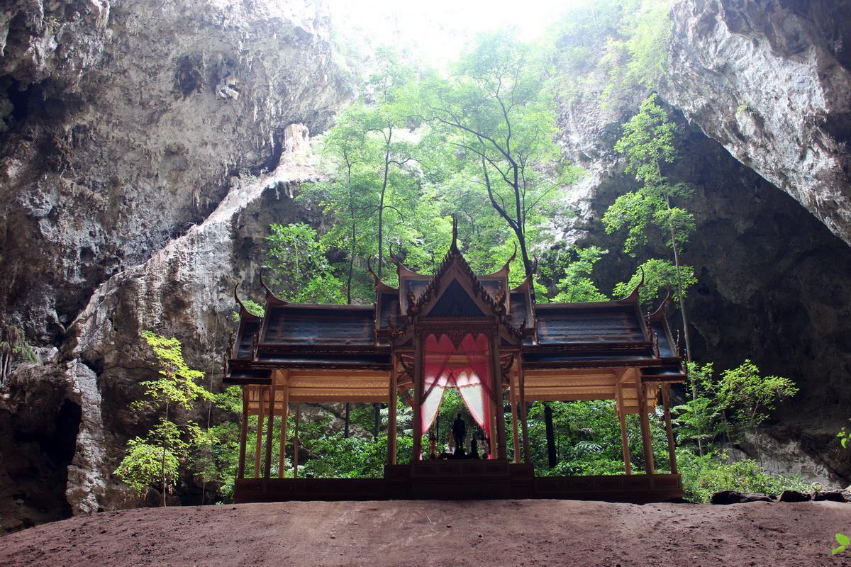 Беседка в пещере Phraya Nakorn