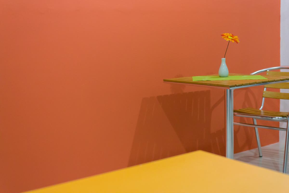 Оранжевый стол и оранжевая стена