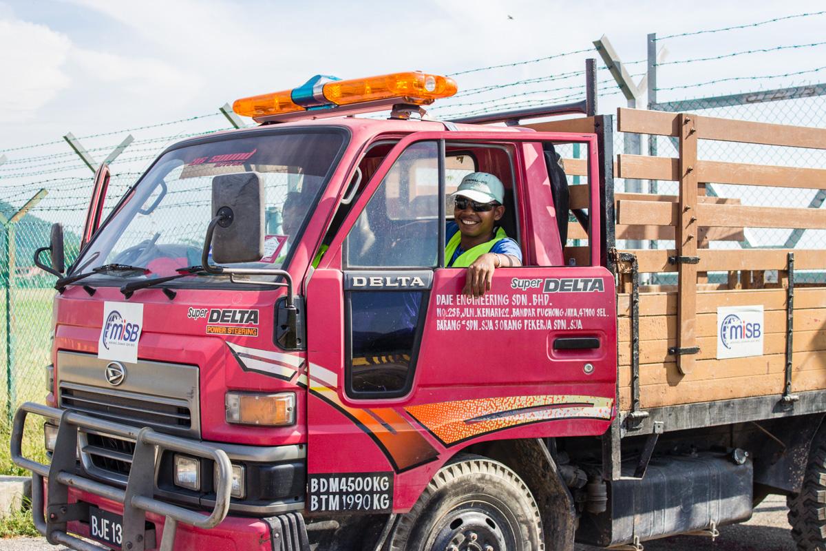 Развеселые малайзиские дорожные рабочии