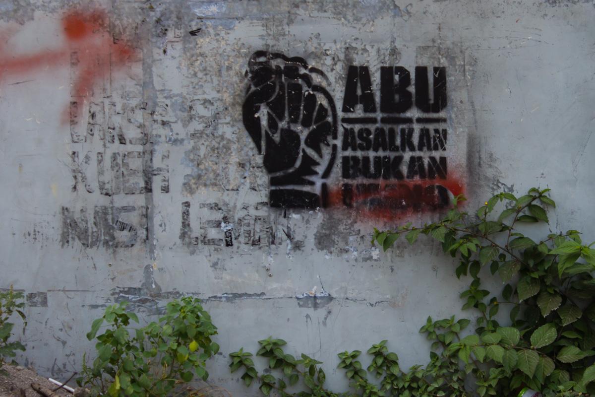 Оппозиционные лого на стенах домов