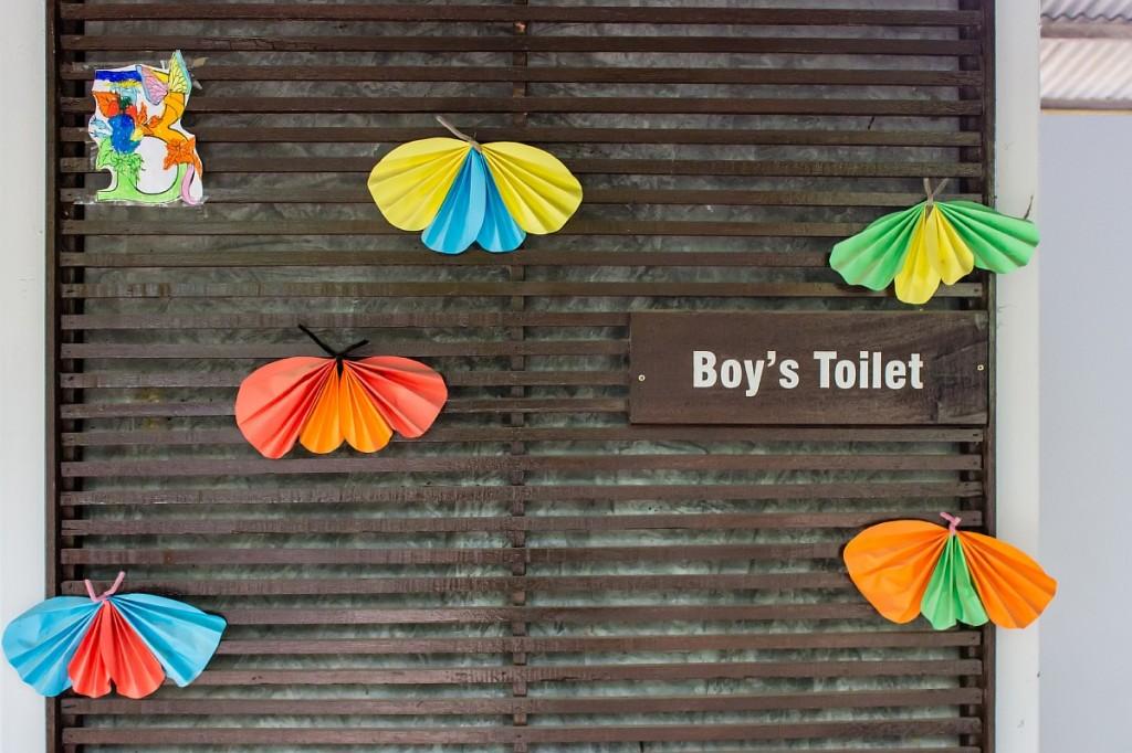 Украшения на входе в туалет