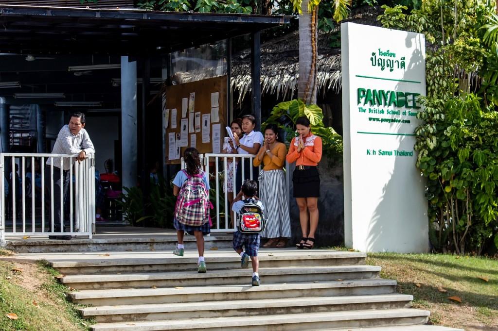 Учителя приветствуют детей при входе в школу