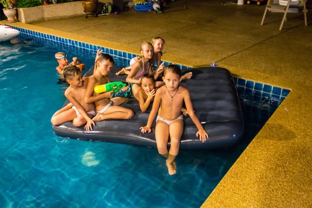 Семеро детей в бассейне