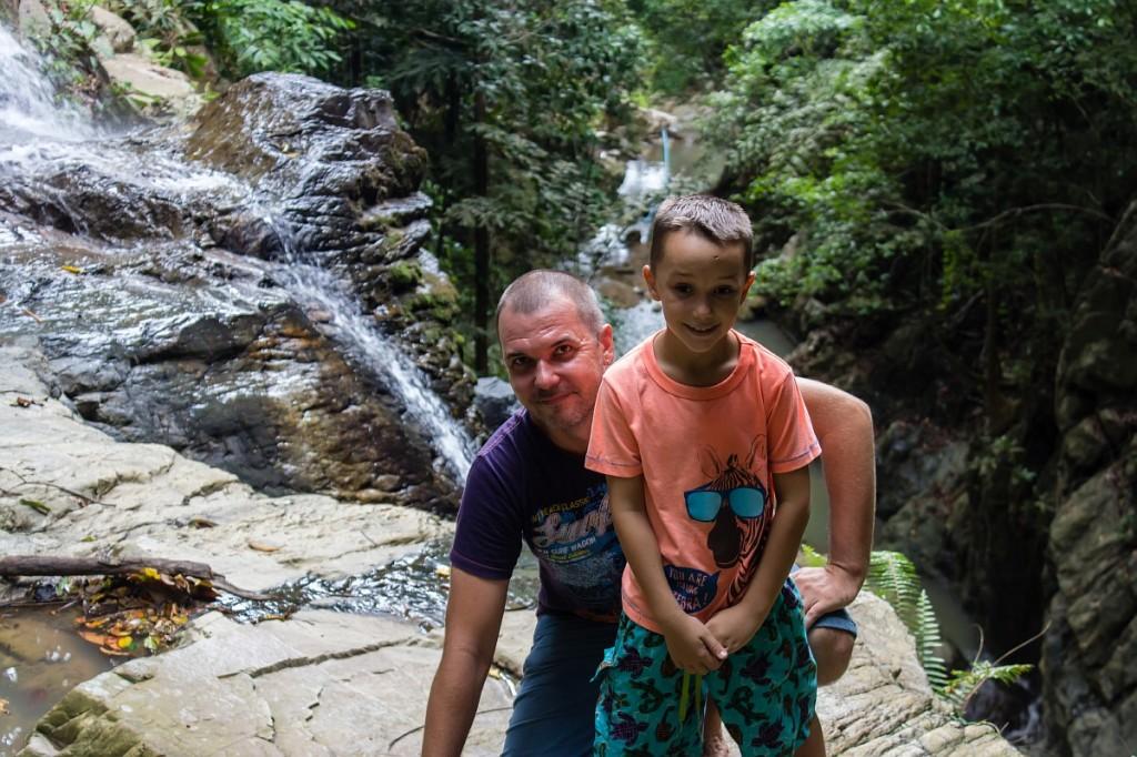 Мы с Арсением позируем у водопада