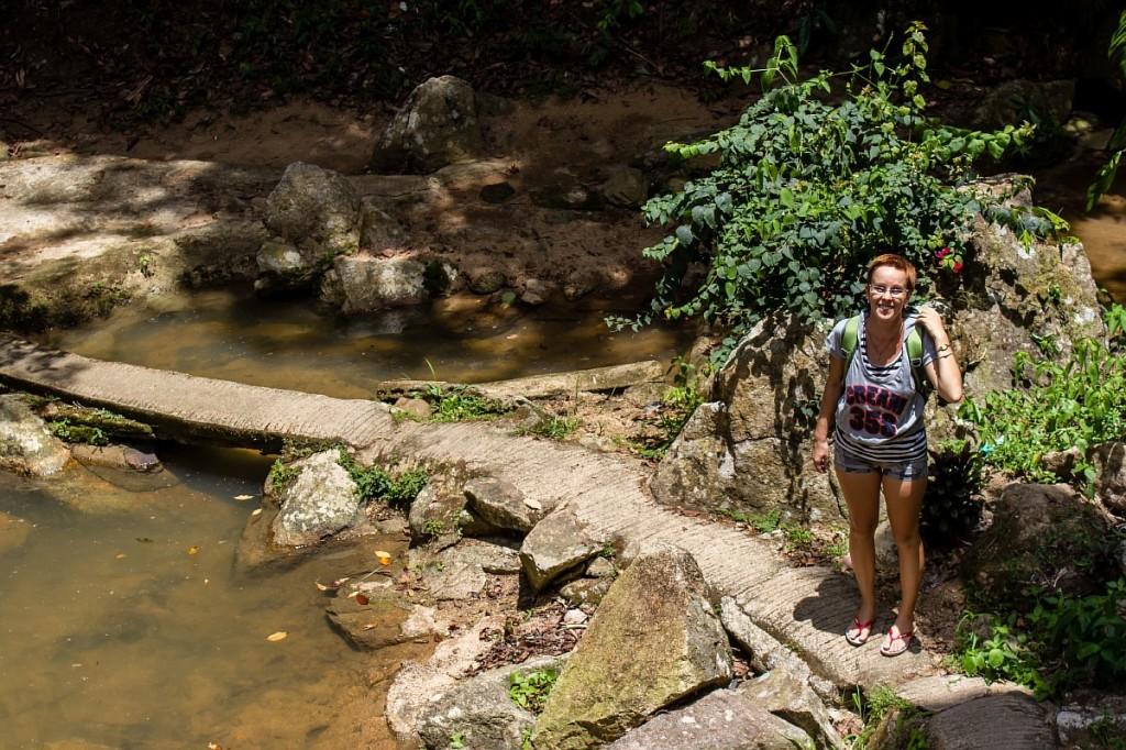 Джейн у подножия водопада