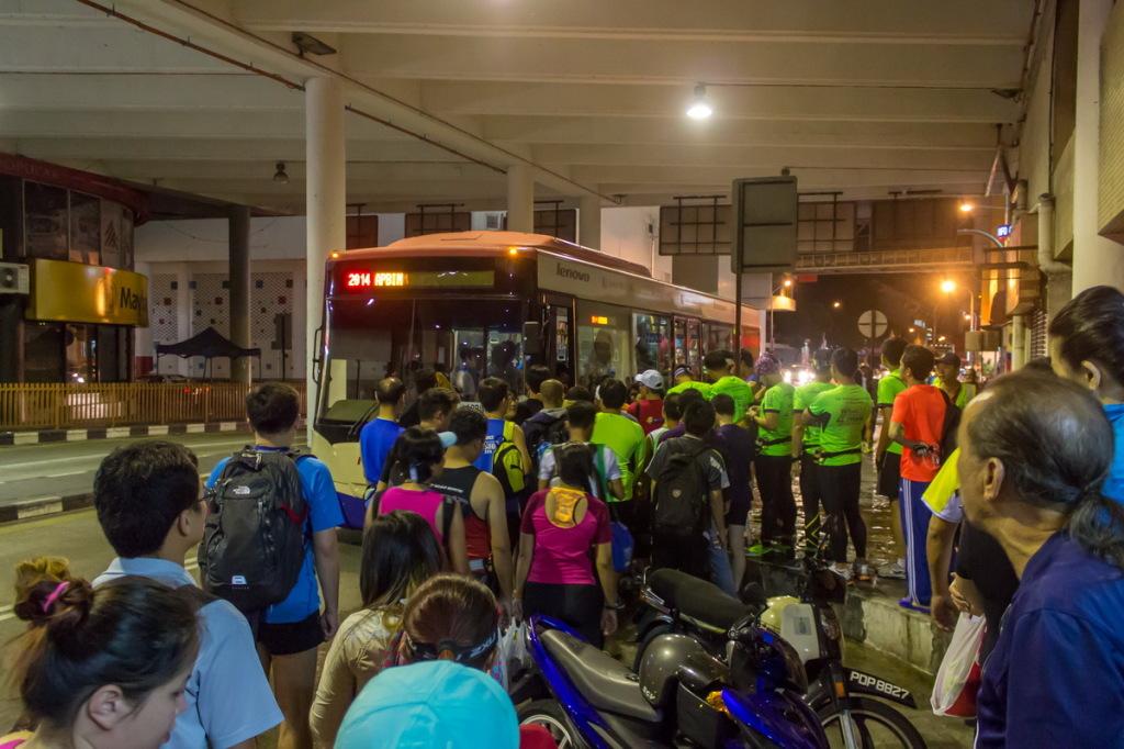 Посадка в бесплатный автобус на марафон
