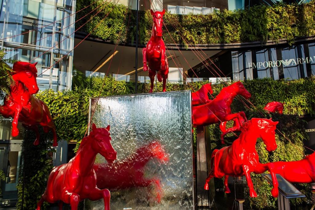 Купание красного коня в Бангкоке