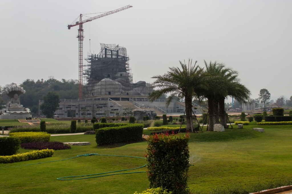 Строительство гигантской статуи Будды