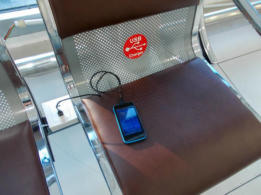 Зарядка для телефона в кресле