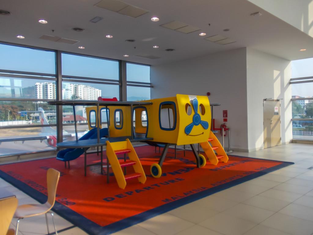 Детская площадка в аэропорту Пенанга