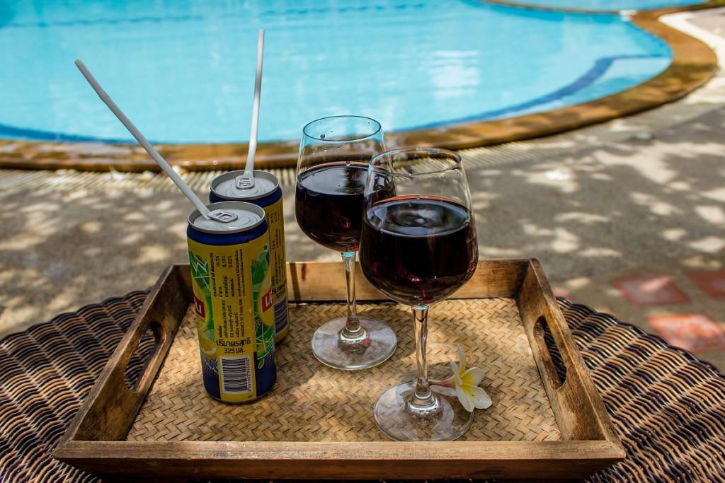 Вино с доставкой к бассейну