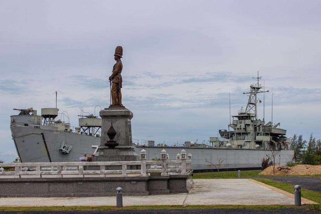 Памятник и корабль на Пангане
