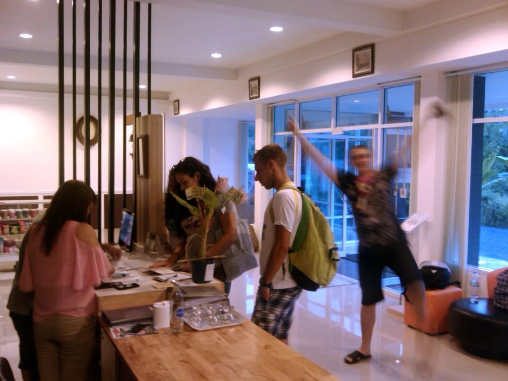 Coconut Runners селятся в гостиницу