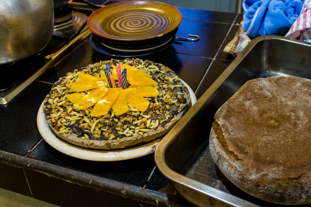 Праздничный торт и хлеб