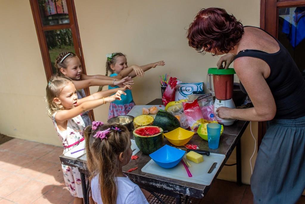 Девочки готовят магическое зелье
