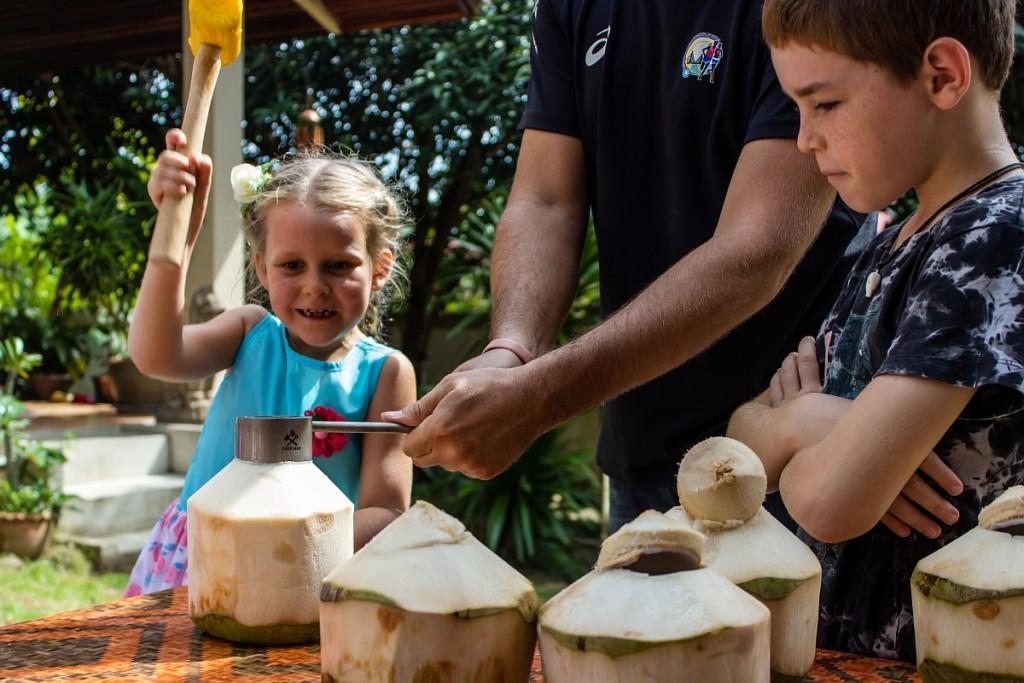 Саша вскрывает череп кокосу